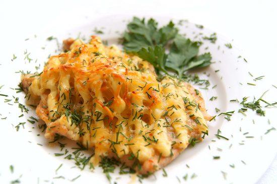Праздничная горбуша с картофелем и сыром в духовке