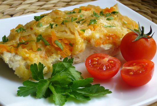 Карп кусочками в духовке с картошкой под сырным соусом