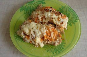 горбуша под сливками с морковью и луком