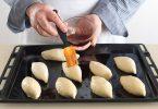 Чем смазывать пирожки перед выпечкой в духовке