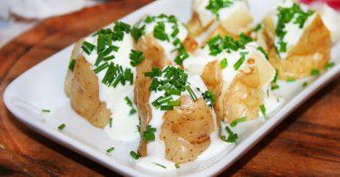 Картошка в духовке со сметаной и чесноком запеченная