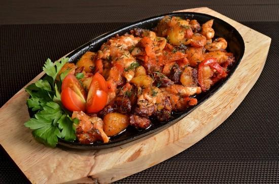 бараньи ребра со свежими помидорами и картофелем