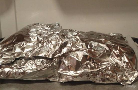 Заворачиваем кусок мяса в алюминиевую фольгу