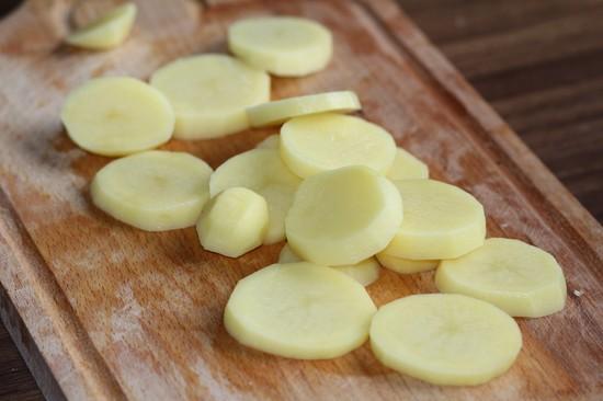 Нарезаем картофелины кружочками