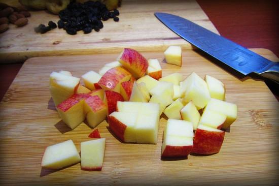 Яблоки нарезаем кубиками и добавляем в начинку
