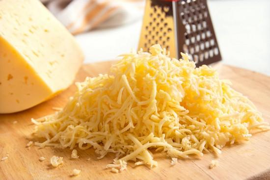 Натираем на терке российский сыр