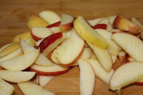 Нарезаем яблочную мякоть дольками средней толщины