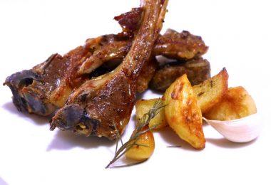 Как приготовить ребрышки в духовке с картошкой (в пакете, рукаве)