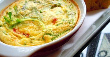 : Как сделать пышный омлет в духовке (с сыром, колбасой, помидорами)?