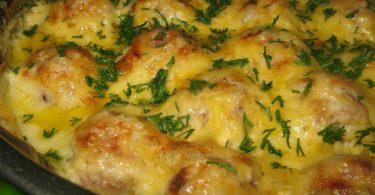 Картофель с фрикадельками в духовке (с сыром, в соусе)