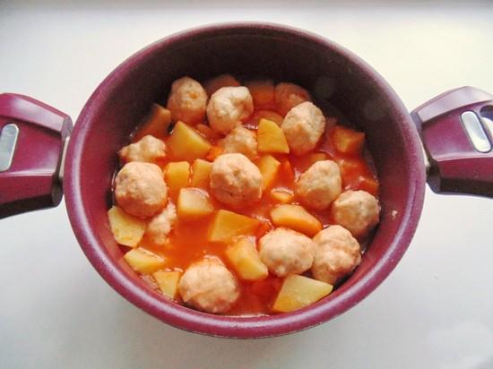 Фрикадельки с картофелем в соусе