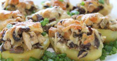 Картофель с курицей и грибами в духовке (в горшочке)