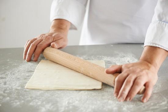 Раскатываем размороженное тесто в лист