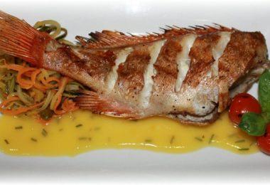 Морской окунь, запеченный в духовке (с картошкой, целиком, в сметане)