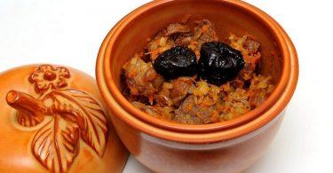 Мясо с черносливом в горшочках в духовке (с грибами, картофелем)
