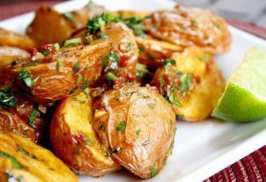 Печеный картофель в духовке: рецепт с сыром, беконом, чесноком