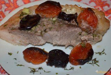 Свинина с курагой и черносливом в духовке (по-крымски, тушеная)