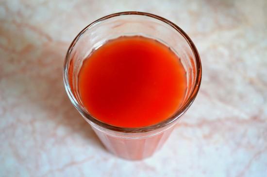 В отдельной посуде разбавляем томатную пасту