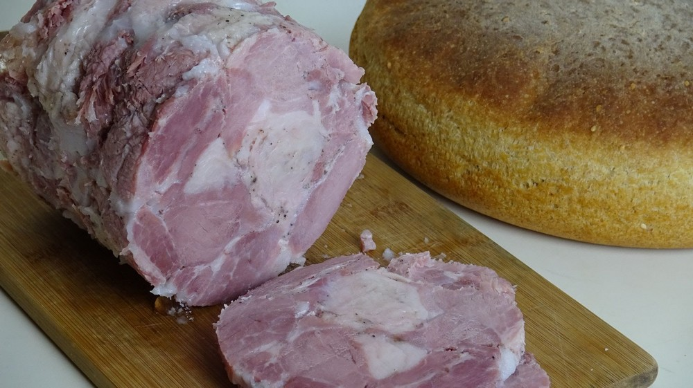 Ветчина в ветчиннице в духовке: рецепты (из индейки, курицы, свинины)
