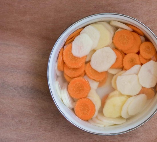 Корнеплоды картофеля и моркови очищаем, промываем и нарезаем