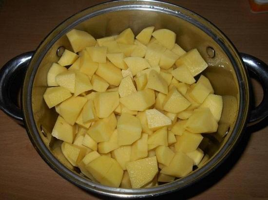 Очищаем картофельные клубни и промываем