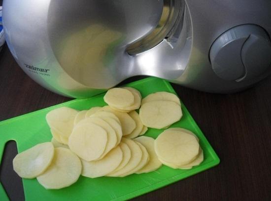 Обсушиваем очищенный картофель салфеткой и нарезаем