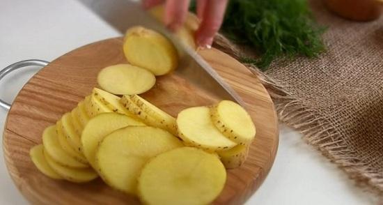 Нарежем картофелины тоненькими кружками