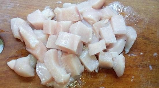 Нарезаем филе курицы небольшими кубиками