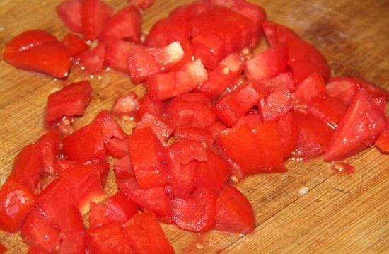 Нарезаем помидоры кубиками и добавляем в сливки