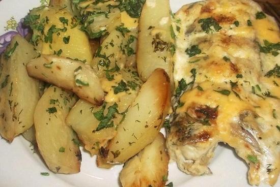 приготовите судака в сметане в духовке с картошкой