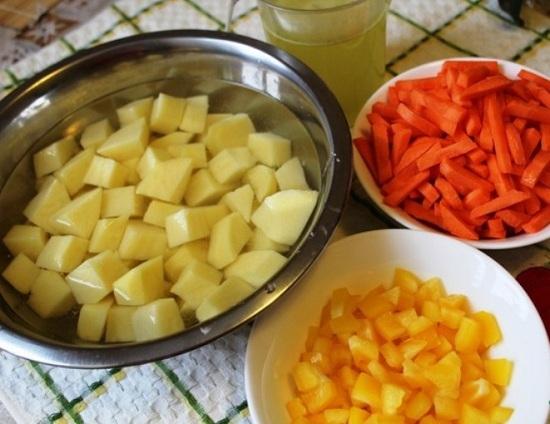 Нашинкуем овощи небольшого размера кубиками