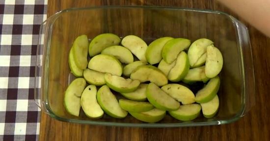 Оставшиеся яблочные дольки равномерным слоем выкладываем