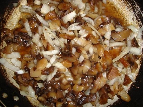 Добавляем лук к грибам и пассеруем