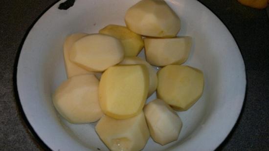 Почистим и промоем картофельные клубни