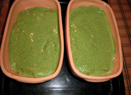 на семгу выкладываем равномерным слоем приготовленный шпинатный соус