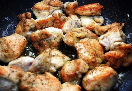 Курицу (телятину) разрежьте на кусочки