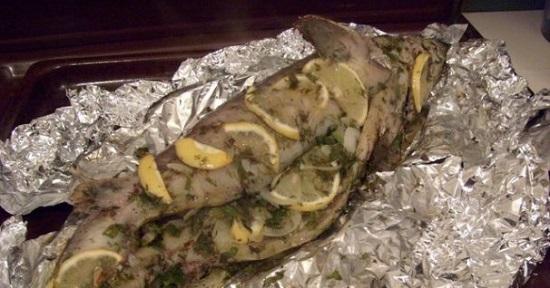 Заполните брюшко рыбы картофельными кусочками
