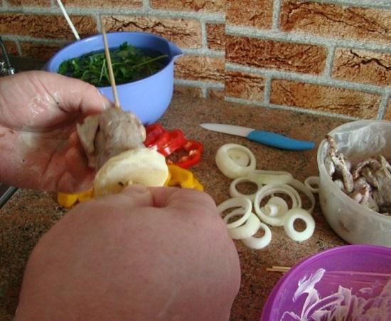 Нанизываем картофельные кружочки, лук, перепелиные тушки