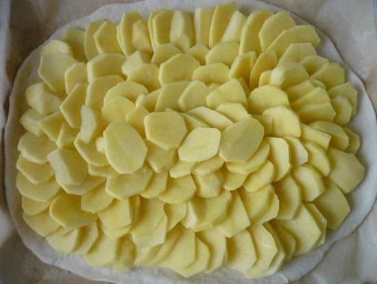 равномерно раскладываем измельченный картофель