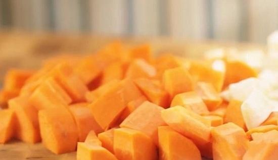Нарезаем овощи одинакового размера кубиками