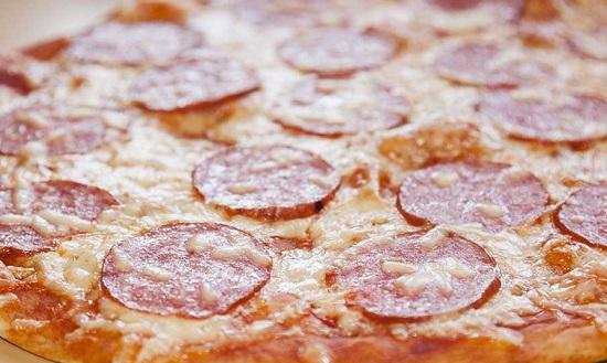 пицца с колбасой на готовой основе
