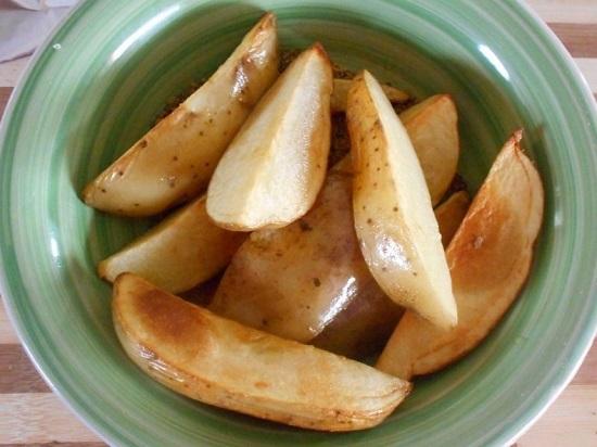 Обжариваем картофельные дольки