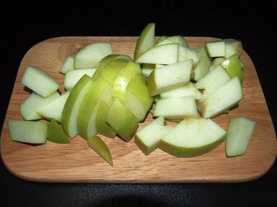 Яблочную мякоть нарезаем кубиками