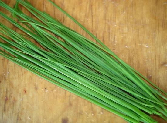 Промываем зеленый перьевой лук и мелко рубим