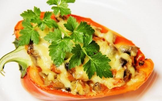 запечь перец (половинки), фаршированный мясом, в духовке