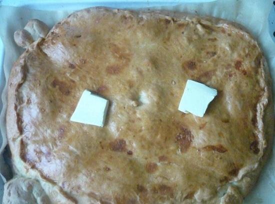 Горячий пирог смазываем размягченным сливочным маслом
