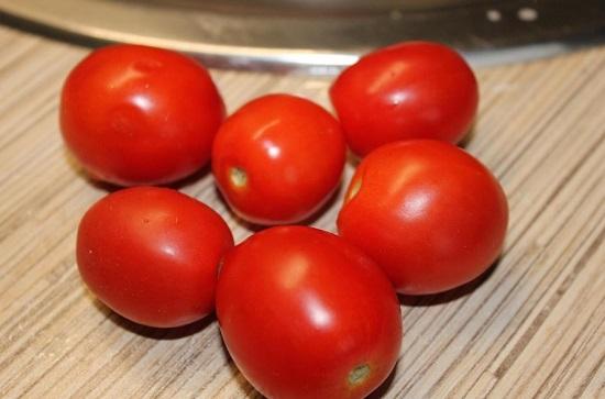 Водой промываем помидоры сорта Черри