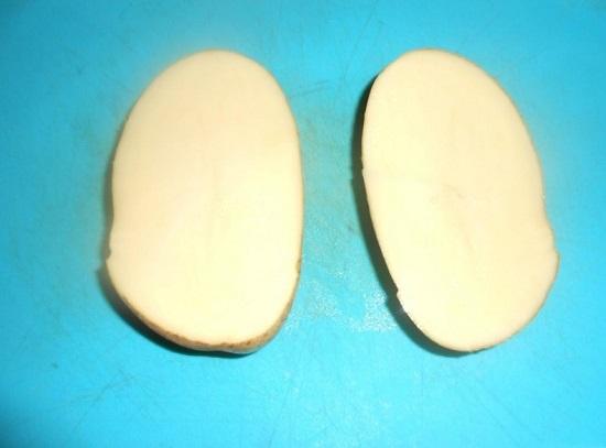 Разрезаем вдоль каждую картофелину