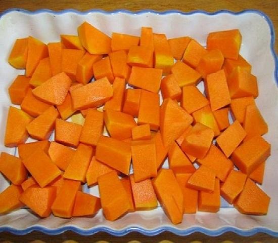 Нарежьте мякоть овоща кусочками