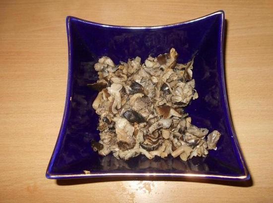 Если вы используете замороженные грибочки, их размораживаем